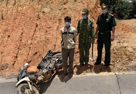 Quảng Trị: Bắt 2 đối tượng vận chuyển gần 100 kg thuốc nổ ở khu vực biên giới ảnh 1
