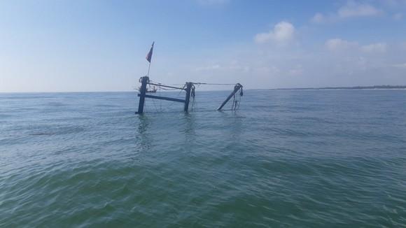 Quảng Trị: Tàu đánh cá bốc cháy trên biển, 5 thuyền viên thoát nạn ảnh 1
