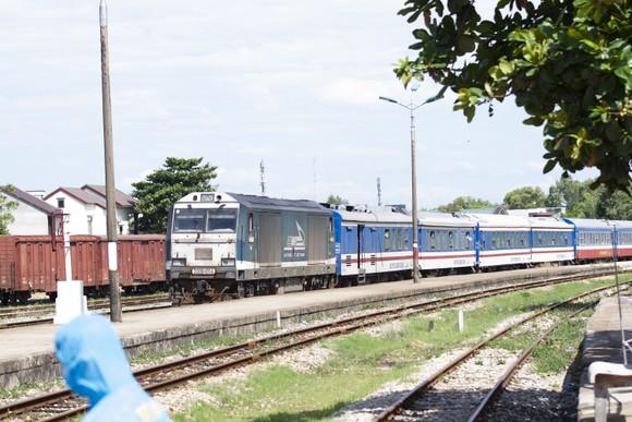Chuyến tàu chở gần 400 người dân Quảng Trị từ TPHCM về tới quê nhà  ảnh 1