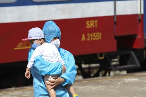 Chuyến tàu chở gần 400 người dân Quảng Trị từ TPHCM về tới quê nhà  ảnh 4