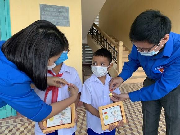 Trao tặng Huy hiệu Tuổi trẻ dũng cảm cho 2 học sinh tiểu học cứu người bị đuối nước ảnh 1