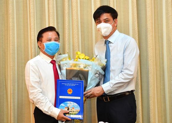 Phó Chủ tịch UBND TPHCM Lê Hoà Bình trao quyết định cho đồng chí Nguyễn Hữu Tín. Ảnh: VIỆT DŨNG