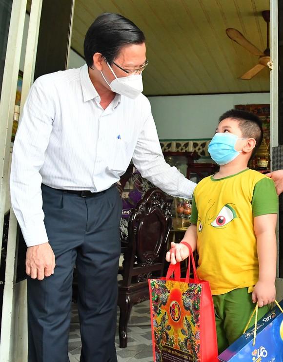 Chủ tịch UBND TPHCM Phan Văn Mãi: 'Thành phố sẽ chăm lo các cháu' ảnh 2