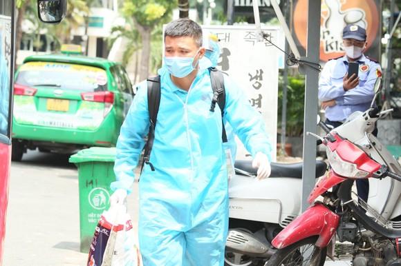 Tuyển thủ Khổng Đình Hùng di chuyển vào khách sạn nơi cách ly tập trung
