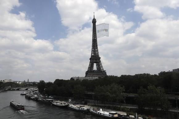 Một lá cờ có kích thước như SVĐ sẽ được kéo lên tháp Eiffel để chào đón Olympic Paris 2024. Ảnh: AP