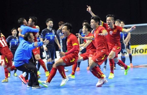 Niềm vui của các cầu thủ futsal Việt Nam sau khi giành vé tham dự Futsal World Cup 2016. Ảnh: ANH TRẦN