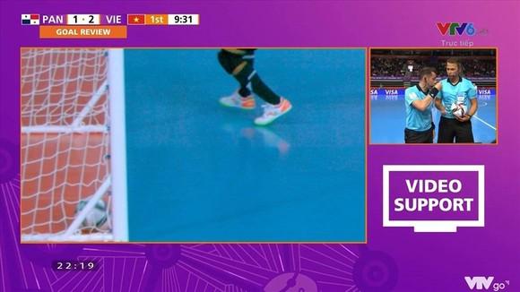 Góc máy quay chậm lại tình huống bàn thắng không được công nhận của Hồ Văn Ý. Ảnh: CHỤP MÀN HÌNH