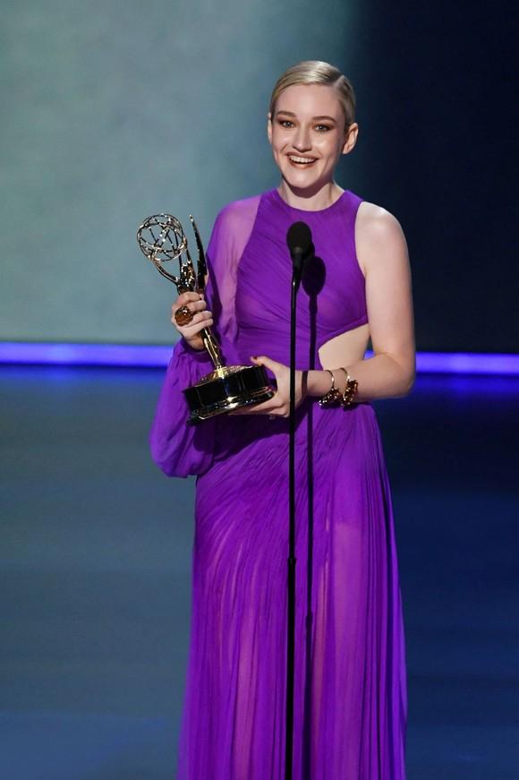 Julia Garner mặc đầm của nhà thiết kế Việt nhận giải thưởng Emmy 2019 ảnh 2