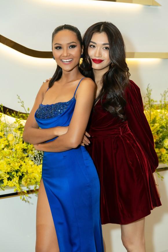 H'Hen Niê và Hoàng Thùy hội ngộ top 3 Hoa hậu Hoàn vũ Việt Nam 2019 ảnh 2
