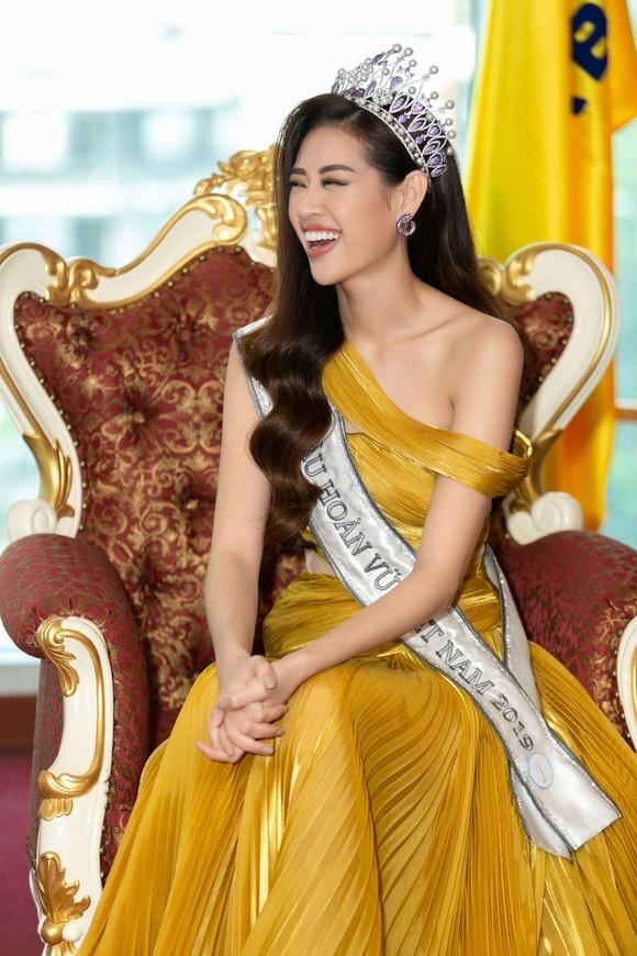 H'Hen Niê và Hoàng Thùy hội ngộ top 3 Hoa hậu Hoàn vũ Việt Nam 2019 ảnh 3