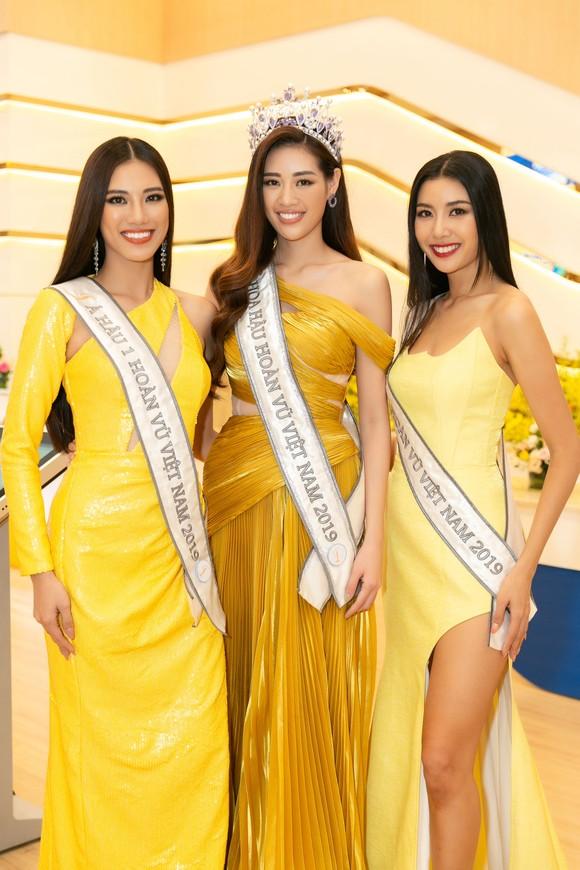 H'Hen Niê và Hoàng Thùy hội ngộ top 3 Hoa hậu Hoàn vũ Việt Nam 2019 ảnh 4