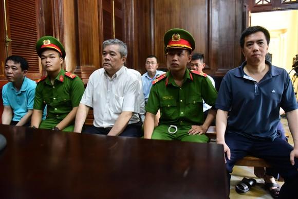 Xét xử VN Pharma ngày thứ hai: Bị cáo Phạm Văn Thông phải đi cấp cứu ảnh 1