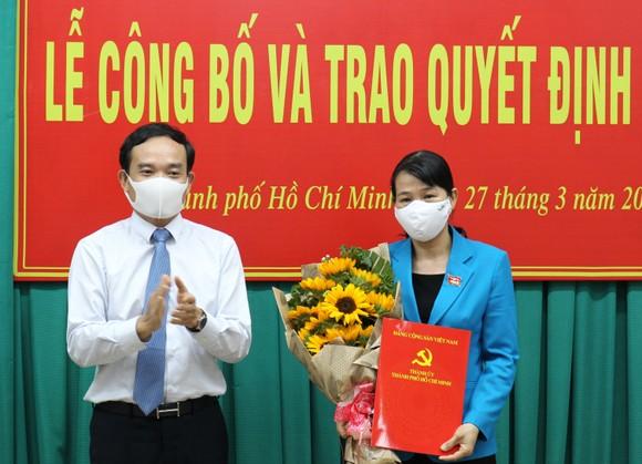 Đồng chí Trần Lưu Quang trao quyết định cho Đồng chí Lê Thị Kim Hồng. Ảnh: HOÀNG HÙNG