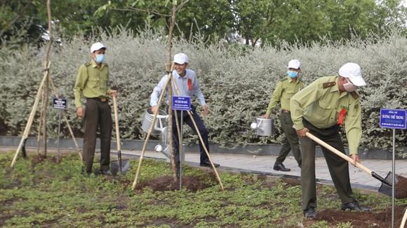 Huyện Nhà Bè trồng hơn 2.300 cây xanh mừng sinh nhật Bác ảnh 5