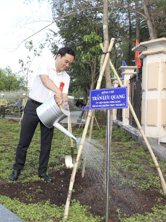 Huyện Nhà Bè trồng hơn 2.300 cây xanh mừng sinh nhật Bác ảnh 1