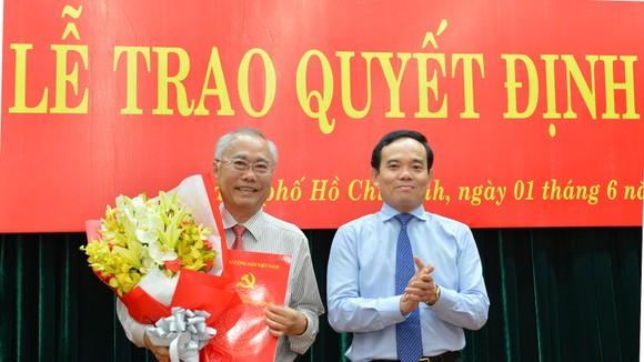 Phó Bí thư Thường trực Thành ủy TPHCM Trần Lưu Quang trao quyết định cho đồng chí Nguyễn Cư. Ảnh: VIỆT DŨNG