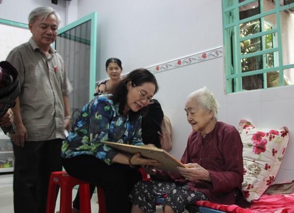 Đồng chí Nguyễn Thị Lệ thăm các cụ cao tuổi ở huyện Nhà Bè, quận 7 ảnh 2