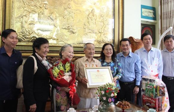 Đồng chí Nguyễn Thị Lệ thăm các cụ cao tuổi ở huyện Nhà Bè, quận 7 ảnh 1