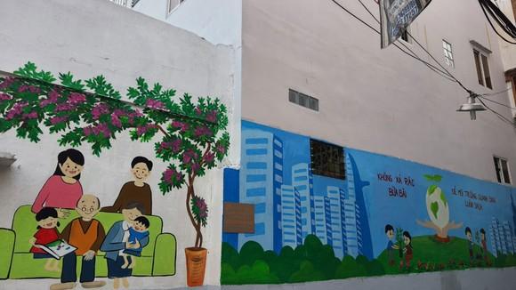 Quận 5 ra quân dọn vệ sinh, trồng cây, tặng cây cho người dân ảnh 11