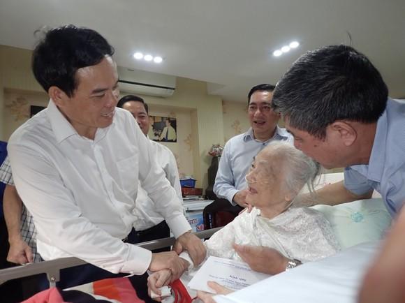 Lãnh đạo TPHCM thăm, tặng quà gia đình chính sách nhân dịp 27-7 ảnh 4