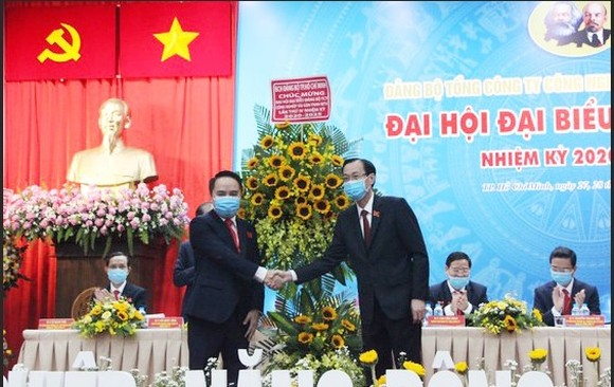 Đồng chí Lê Thanh Liêm (phải) tặng hoa chúc mừng Đại hội. Ảnh: MAI HOA