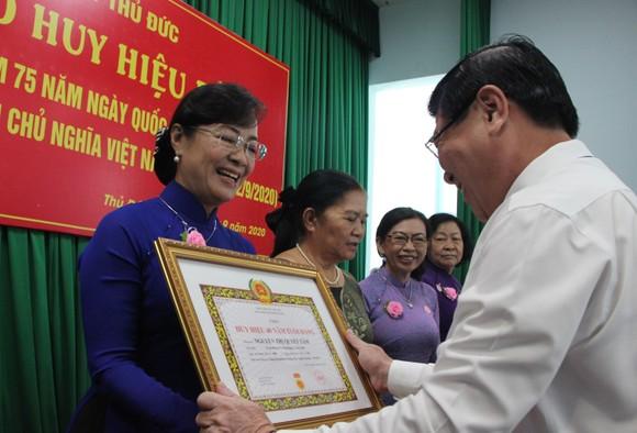 Chủ tịch UBND TPHCM Nguyễn Thành Phong trao Huy hiệu Đảng tại quận 9, Thủ Đức ảnh 3
