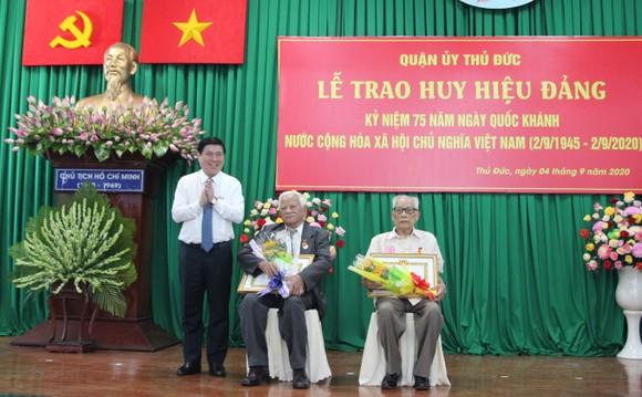 Chủ tịch UBND TPHCM Nguyễn Thành Phong trao Huy hiệu Đảng tại quận 9, Thủ Đức ảnh 2