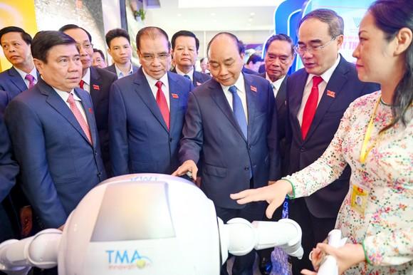 Thủ tướng Nguyễn Xuân Phúc đến thăm khu triển lãm tại Đại hội. Ảnh: HOÀNG HÙNG