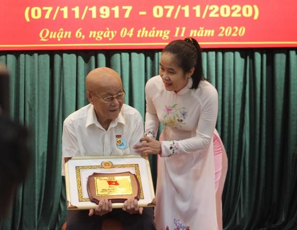 Phó Bí thư Thành ủy TPHCM Nguyễn Hồ Hải trao Huy hiệu Đảng cho đảng viên cao tuổi Đảng ảnh 3