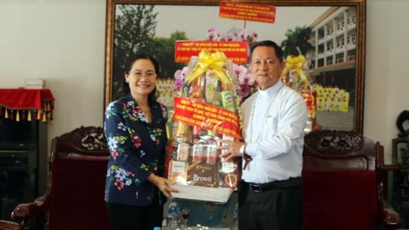 Chủ tịch HĐND TPHCM Nguyễn Thị Lệ thăm, chúc mừng Giám mục Trần Văn Toản. Ảnh: MẠNH HÒA