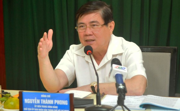 Chủ tịch UBND TPHCM Nguyễn Thành Phong phát biểu trong buổi làm việc với Sở Nội vụ. Ảnh: CAO THĂNG