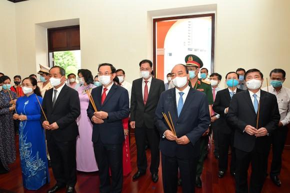 Chủ tịch nước Nguyễn Xuân Phúc dâng hương, dâng hoa tưởng nhớ Chủ tịch Hồ Chí Minh tại thành phố mang tên Bác ảnh 1