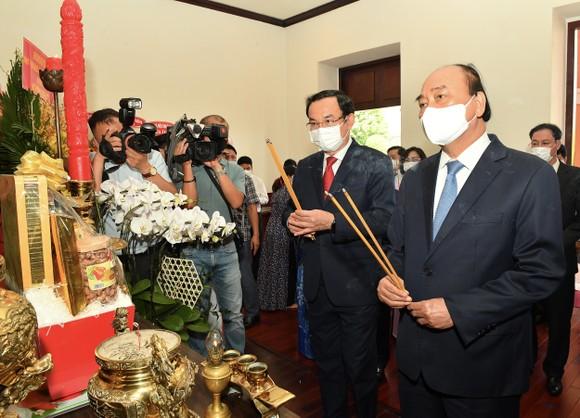 Chủ tịch nước Nguyễn Xuân Phúc dâng hương, dâng hoa tưởng nhớ Chủ tịch Hồ Chí Minh tại thành phố mang tên Bác ảnh 2