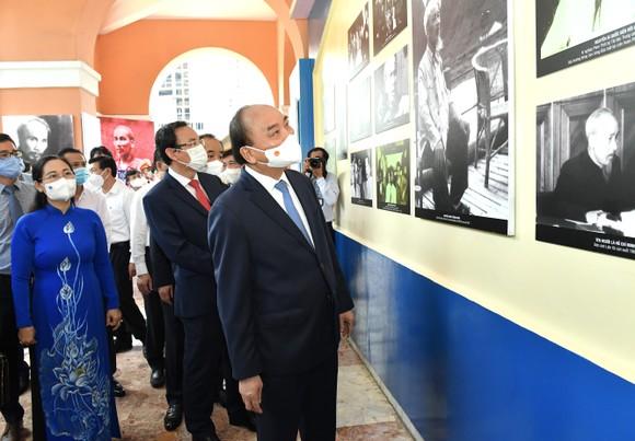 Chủ tịch nước Nguyễn Xuân Phúc dâng hương, dâng hoa tưởng nhớ Chủ tịch Hồ Chí Minh tại thành phố mang tên Bác ảnh 3
