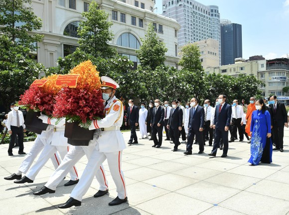 Chủ tịch nước Nguyễn Xuân Phúc dâng hương, dâng hoa tưởng nhớ Chủ tịch Hồ Chí Minh tại thành phố mang tên Bác ảnh 4