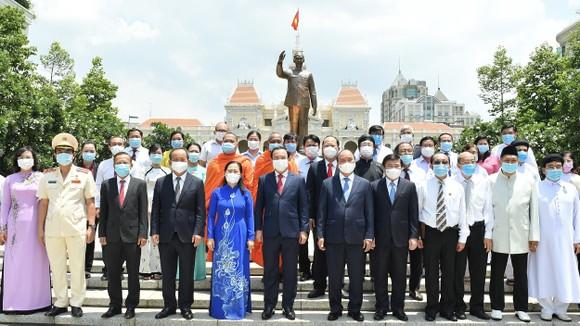 Chủ tịch nước Nguyễn Xuân Phúc dâng hương, dâng hoa tưởng nhớ Chủ tịch Hồ Chí Minh tại thành phố mang tên Bác ảnh 5