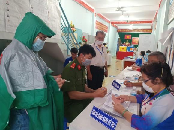 Nhiều cử tri TPHCM đội mưa đi bầu cử ảnh 1