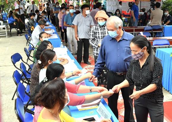 Người dân huyện Củ Chi TPHCM đi bỏ phiếu, sáng 23-5-2021. Ảnh: VIỆT DŨNG