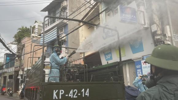 Quân đội phun khử khuẩn tại quận Gò Vấp, quận 12 ảnh 5