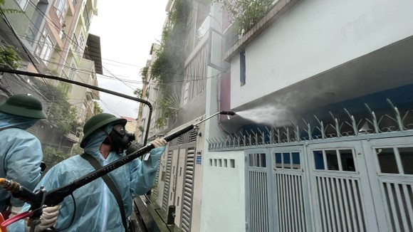 Quân đội phun khử khuẩn tại quận Gò Vấp, quận 12 ảnh 9