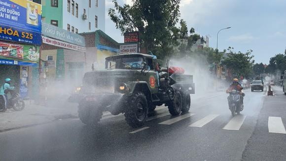 Quân đội phun khử khuẩn tại quận Gò Vấp, quận 12 ảnh 2