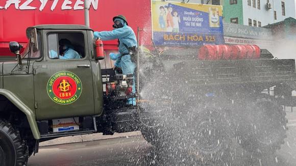 Quân đội phun khử khuẩn tại quận Gò Vấp, quận 12 ảnh 3