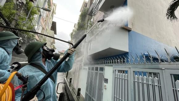 Quân đội phun khử khuẩn tại quận Gò Vấp, quận 12 ảnh 8