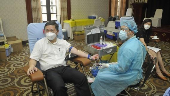 Phó Chủ tịch UBND TPHCM Dương Anh Đức cùng hơn 90 tình nguyện viên tham gia hiến máu nhân đạo ngày 4-8. Ảnh: CAO THĂNG