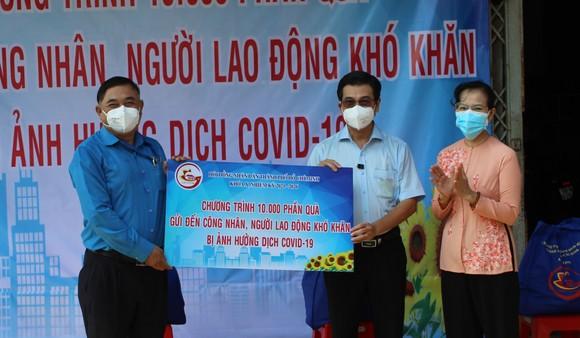Đại biểu HĐND TPHCM trao tặng 10.000 phần quà đến công nhân, người lao động gặp khó khăn do dịch Covid-19 ảnh 2