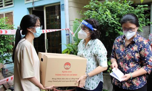 Lãnh đạo TPHCM thăm hỏi, tặng quà công nhân lao động khó khăn ở quận 5 ảnh 1