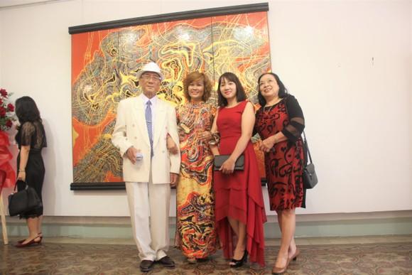 """Họa sĩ Trương Bé trong cuộc triển lãm cá nhân """"Nhịp điệu vũ trụ"""" tại TPHCM tháng 9-2019"""