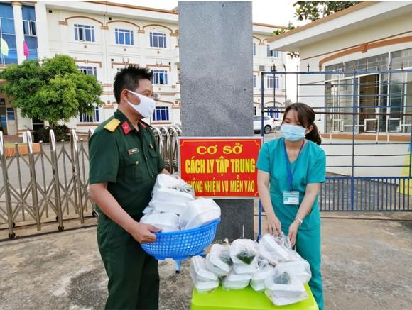 Cảm động Bộ đội nấu cơm cho bệnh viện dã chiến ảnh 26