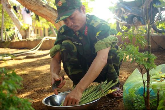 Cảm động Bộ đội nấu cơm cho bệnh viện dã chiến ảnh 8