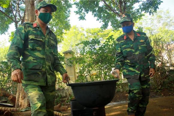 Cảm động Bộ đội nấu cơm cho bệnh viện dã chiến ảnh 9